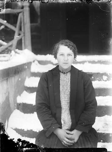 """""""I ARTIST. Archiwa i amatorzy"""" / Jadwiga Wolska, FotoRejestr, z serii portretów mieszkańców Dołęgi, 1900-1925 (źródło: materiały prasowe organizatora)"""