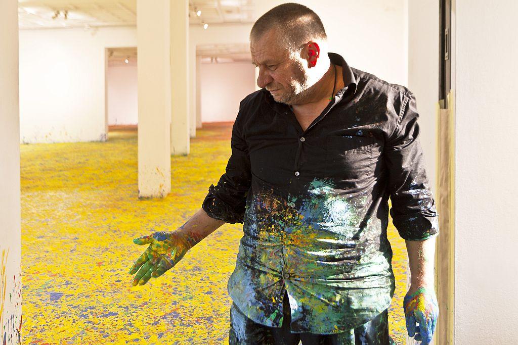 Leon Tarasewicz w trakcie realizacji malarstwa w Galerii Bielskiej BWA, fot. Krzysztof Morcinek (źródło: materiały prasowe organizatora)