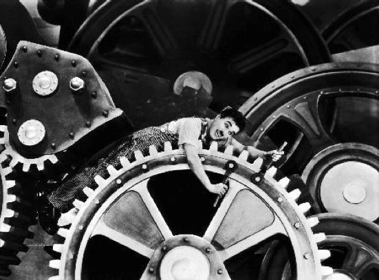 """Charlie Chaplin w filmie """"Dzisiejsze czasy"""" (źródło: materiały prasowe dystrybutora)"""