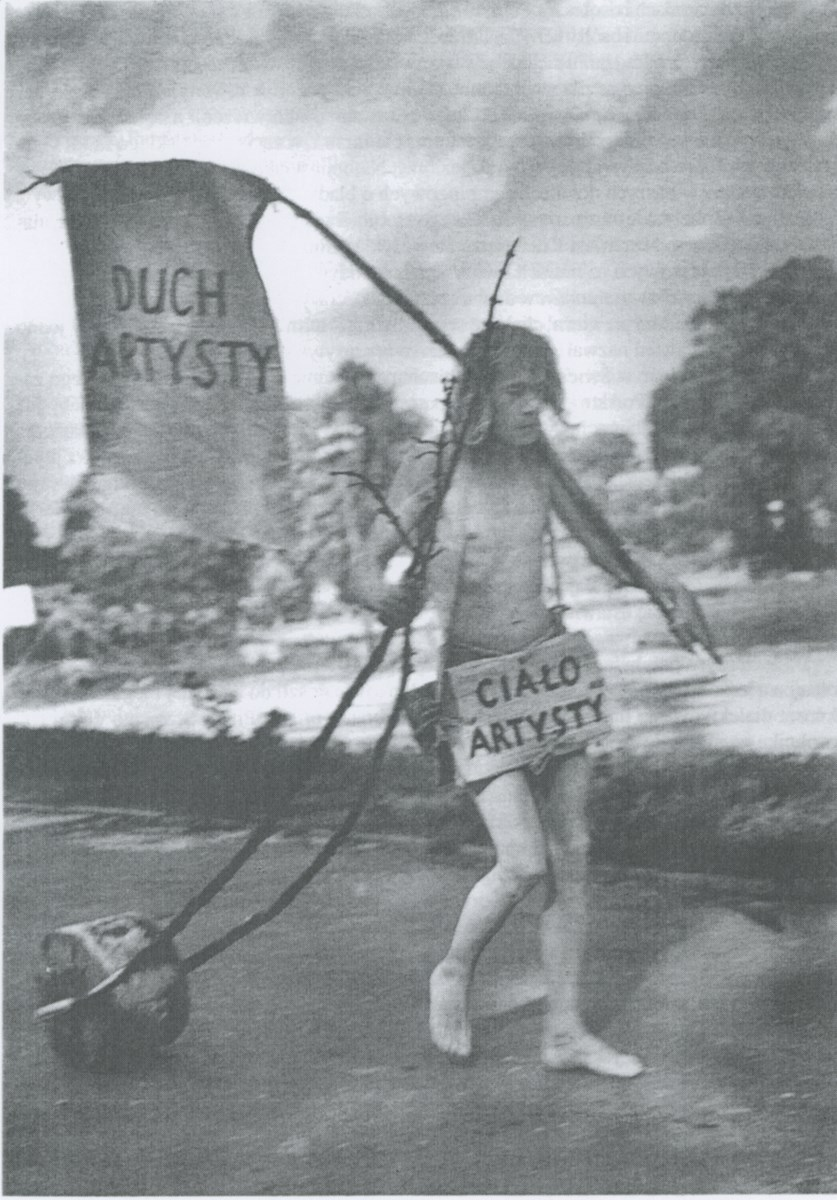 """Jerzy Bereś, """"Pomnik artysty"""", 1978. Fot. Piotr Borącz (źródło: materiały prasowe organizatora)"""