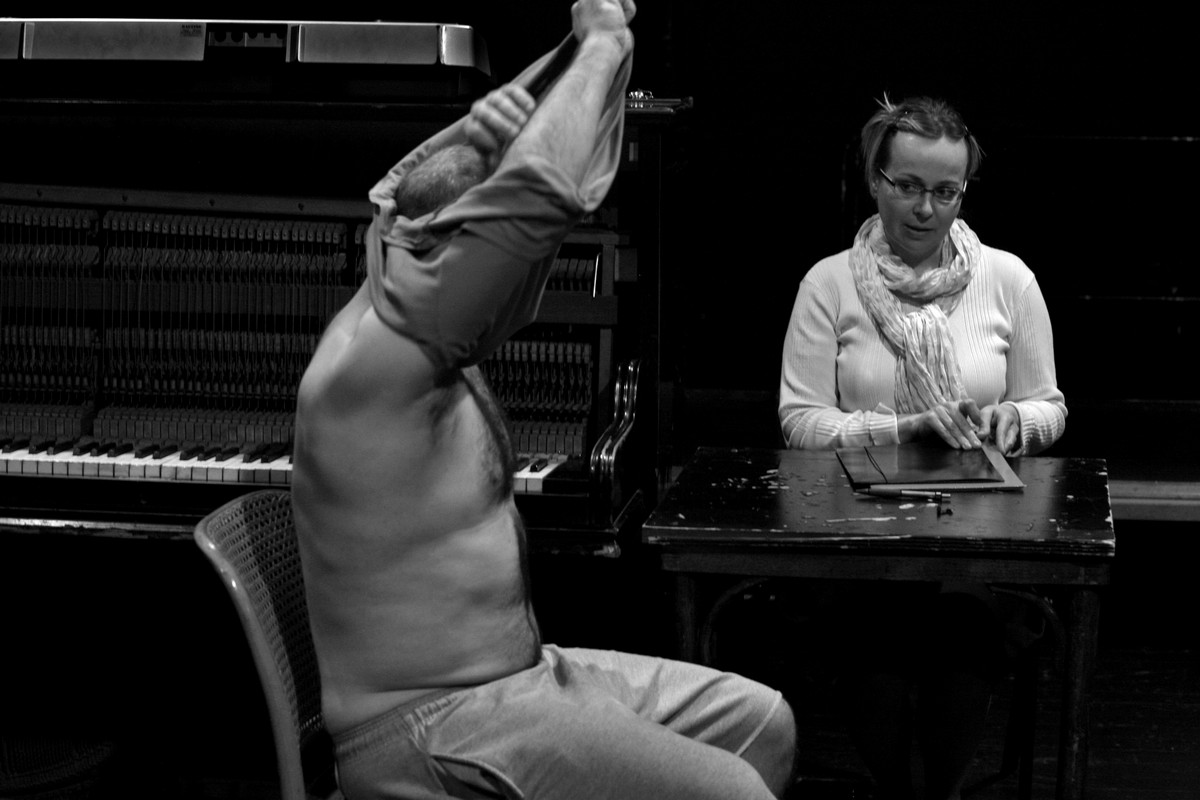 """Zdjęcia z próby do spektaklu """"Zamek"""" w reżyserii Marka Fiedora, fot. Tomasz Żurek, Wrocławski Teatr Współczesny (źródło: materiały prasowe)"""