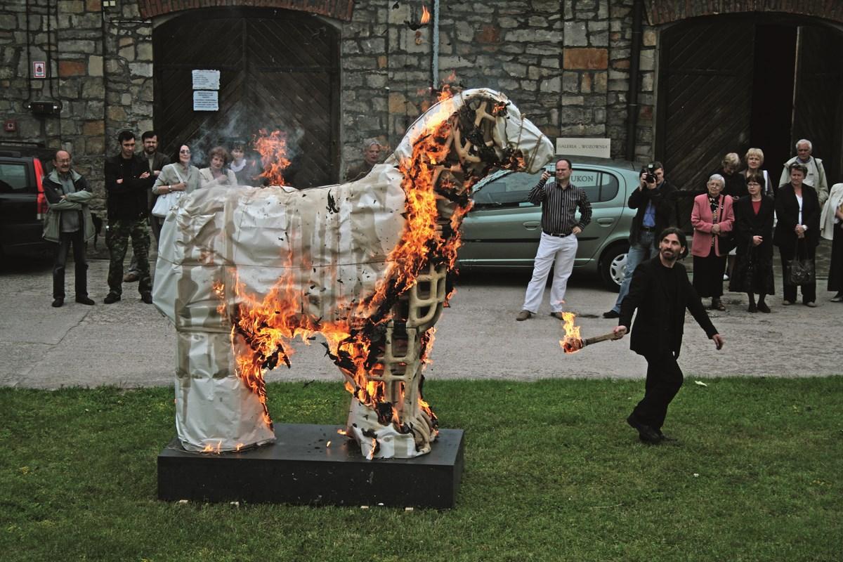 """Stanisław Brach, """"Lustracja konia trojańskiego"""", performance (źródło: materiały prasowe organizatora)"""