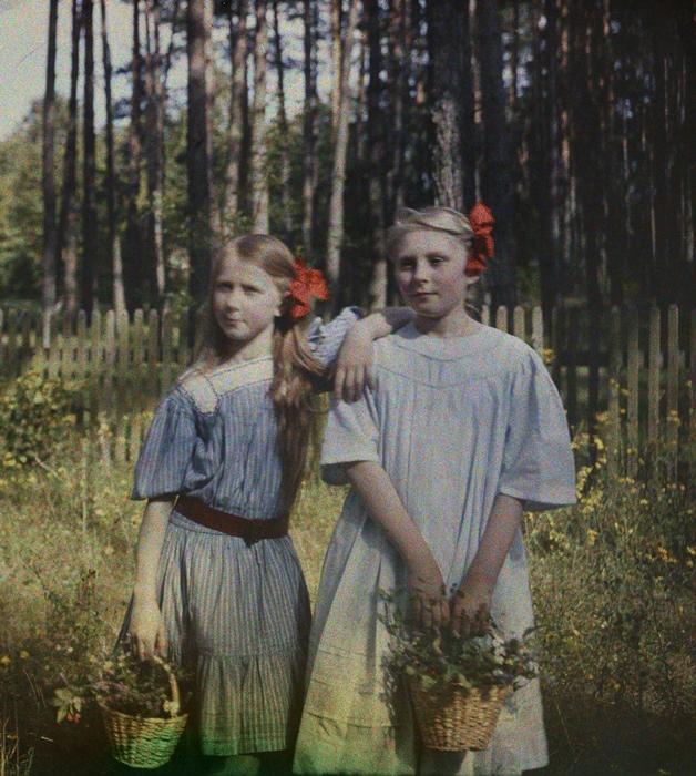 """Hania Lilpopówna (z prawej) ze swoją przyjaciółką Marią Wysocką, później Piątkowską, w dzieciństwie nazywaną Babetką – ogród letni wilii Lilpopów """"Aida"""", Podkowa Leśna, maj 1909. Fot. Stanisław Wilhelm Lilpop / archiwum Muzeum w Stawisku / FOTONOVA"""