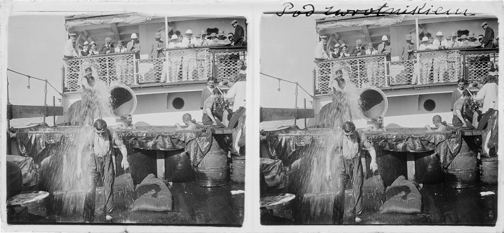 Równikowy chrzest morski na statku, którym Stanisław W. Lilpop płynął z Marsylii do Wschodniej Afryki, grudzień 1910. Fot. Stanisław Wilhelm Lilpop / archiwum Muzeum w Stawisku / FOTONOVA