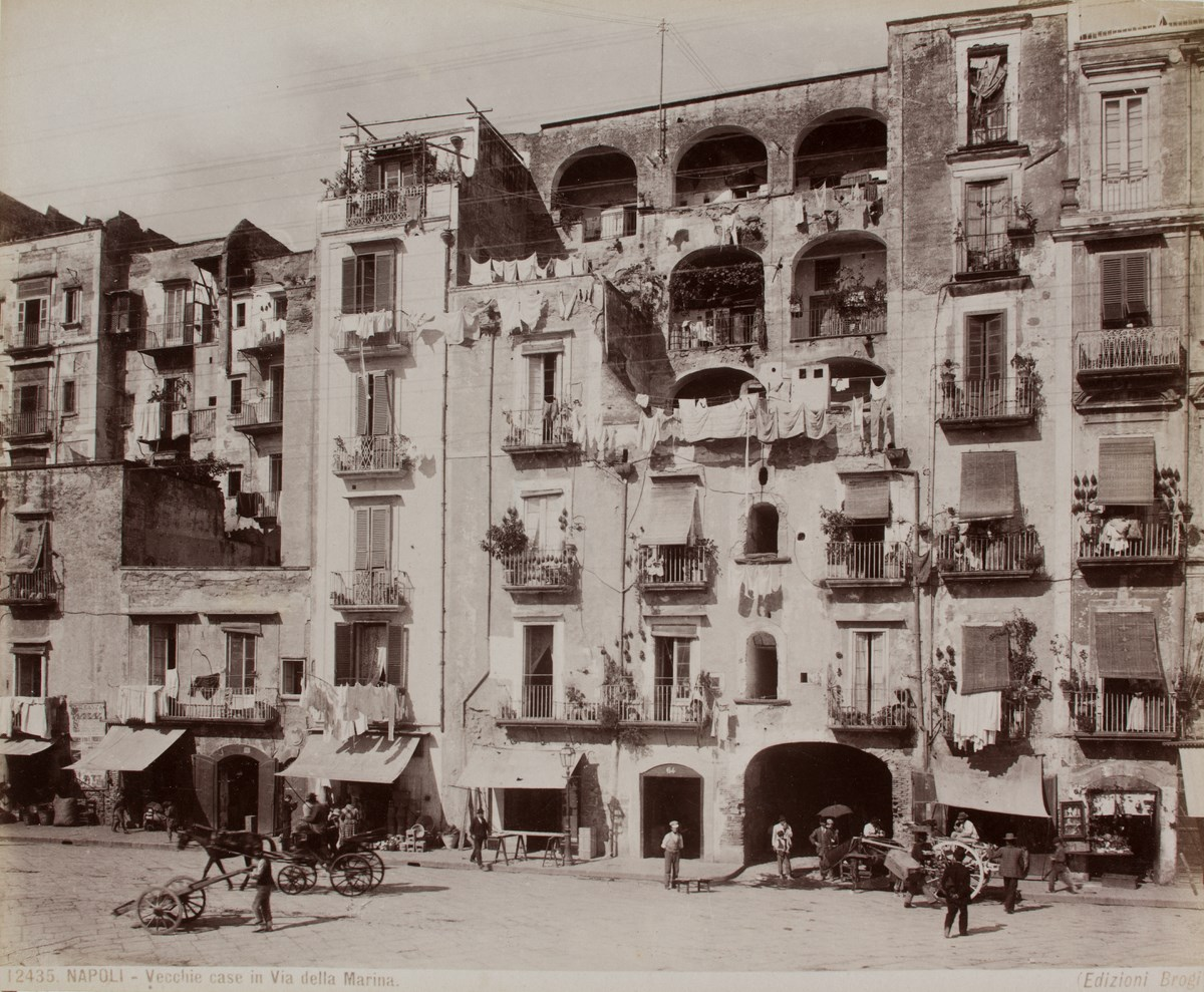 Neapol, stare domy przy Via della Marina, fot. Edizione Brogi, 2. poł. XIX w., odbitka albuminowa, Fot. Jacek Świderski (źródło: materiały prasowe organizatora)