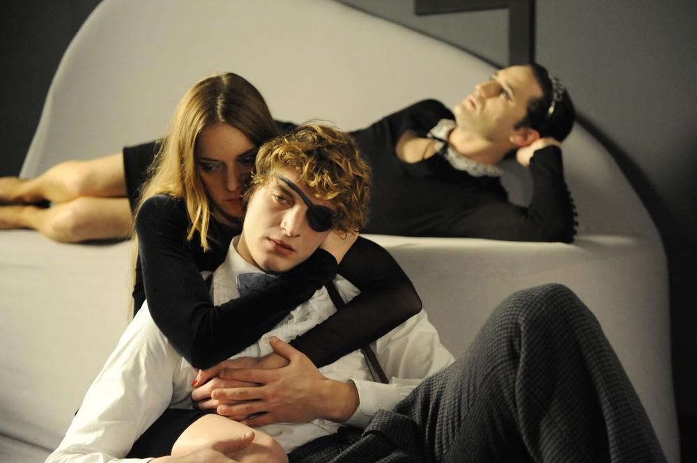 """Niels Schneider, Kate Moran i Nicolas Maury w filmie """"Spotkania po północy"""", reż. Yann Gonzalez (źródło: materiały prasowe organizatora)"""