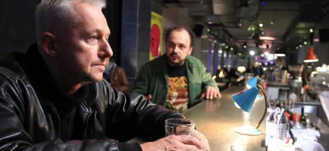 """Bogusław Linda i Arkadiusz Jakubik w spektaklu """"Bezdech"""" (źródło: materiały prasowe)"""