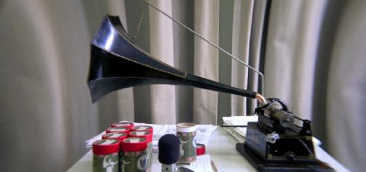 """Stopklatka z reportażu próby do """"Wax Music"""" Pawła Mykietyna (źródło: mat. Narodowego Instytutu Audiowizualnego)"""