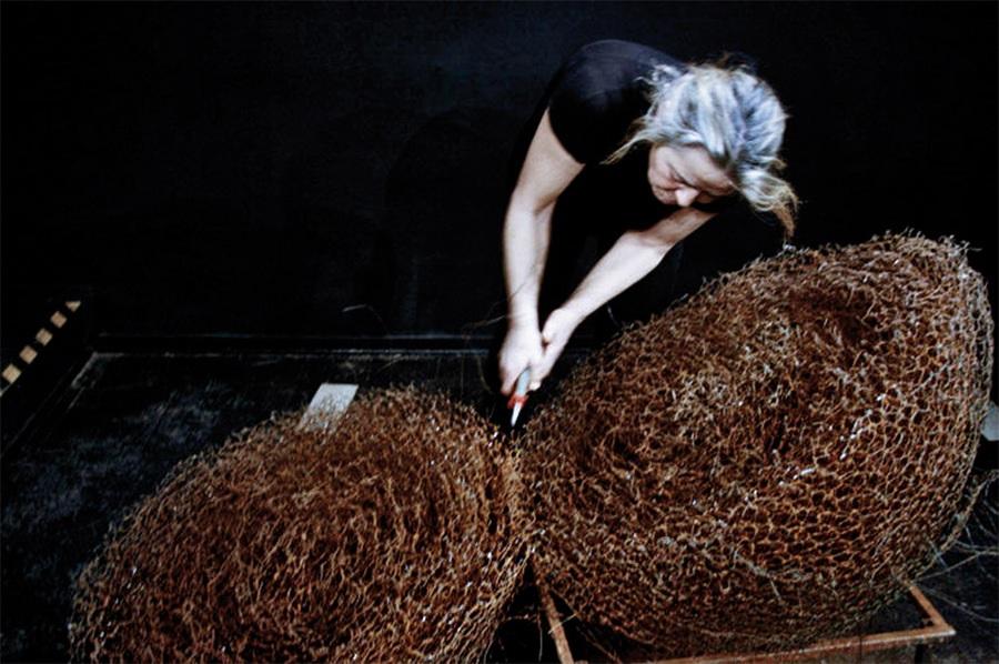 """Barbara Falender, kadr z filmu """"Łoże Penelopy"""", 2006-2010, realizacja Czesław Kałużny (źródło: materiały prasowe organizatora)"""