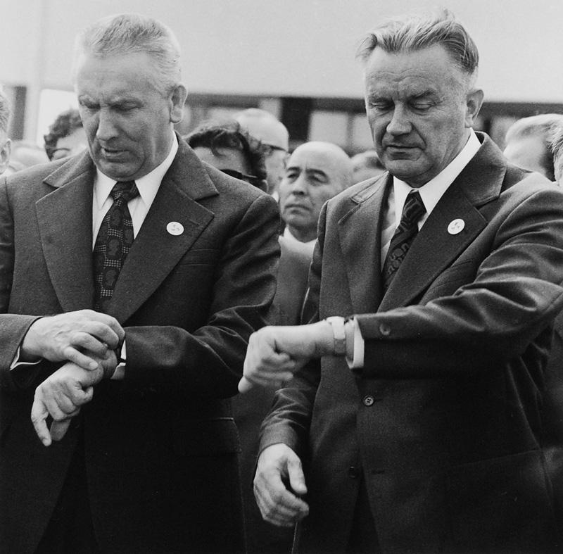 """Bogdan Łopieński, """"Przyśpieszajmy obywatele"""" (Edward Gierek i Piotr Jaroszewicz), 1973/2008 (źródło: materiały prasowe organizatora)"""