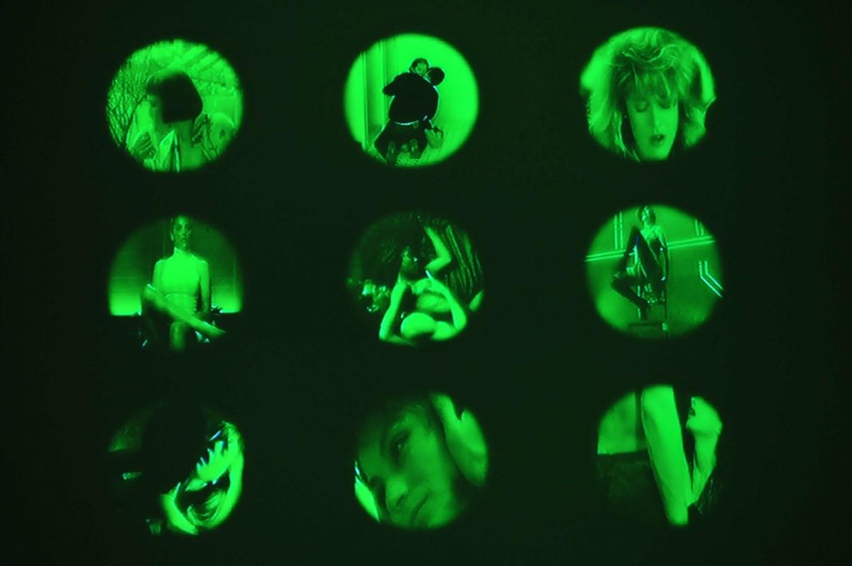 """Izabella Gustowska, """"Sztuka trudnego wyboru, Sztuka łatwego wyboru"""", 2006, wideo-instalacja, fot. Jarosław Klupś (źródło: materiały prasowe organizatora)"""
