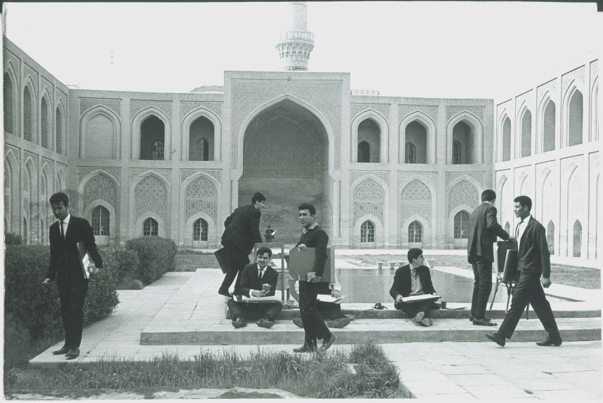 Studenci Romana Artymowskiego na dziedzińcu madrasy Al-Mustansirijja w Bagdadzie, fot. z archiwum Zofii i Romana Artymowskich, dzięki uprzejmości rodziny (źródło: materiały prasowe organizatora)