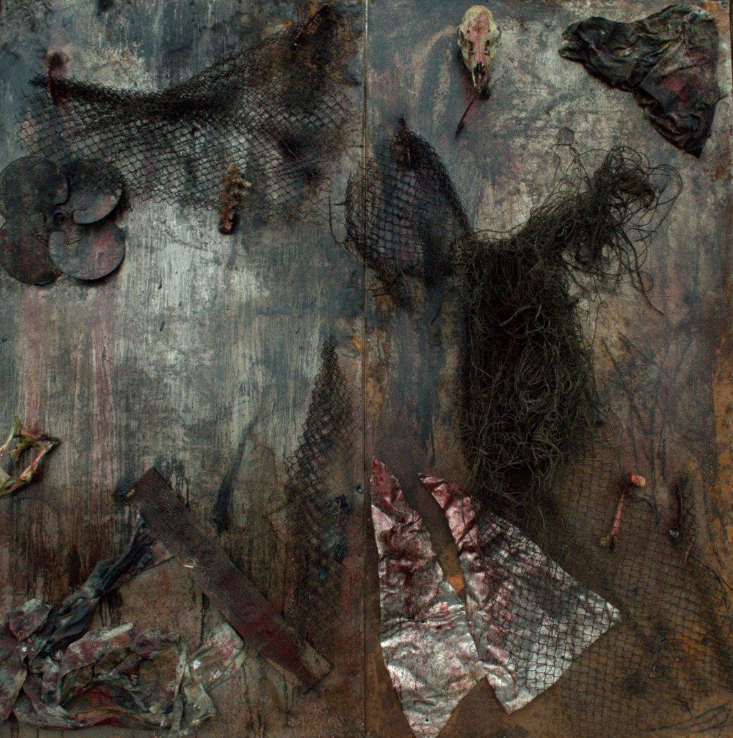 """Kacper Piskorowski, """"Bez tytułu 2"""", technika mieszana, farba olejna, siatka, druty, aluminium, kości zwierzęce, tkaniny, format 200x200 cm, 2013 (źródło: materiały prasowe organizatora)"""
