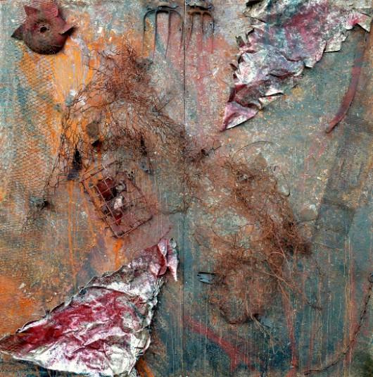 """Kacper Piskorowski, """"Bez tytułu 5"""", technika mieszana, farba olejna ,siatka, druty, aluminium, głowy zwierzęce, łańcuch, 200x200 cm, 2013 (źródło: materiały prasowe organizatora)"""