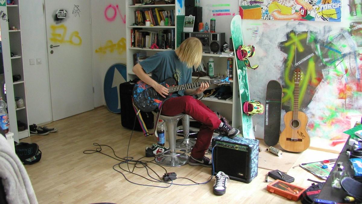 """Zuzanna Janin, """"All that Music!/ Cała ta muzyka (Ignacy B.)"""", 2009, instalacja video, 6 projekcji symultanicznych (pliki cyfrowe), wł. artystki (źródło: materiały prasowe organizatora)"""
