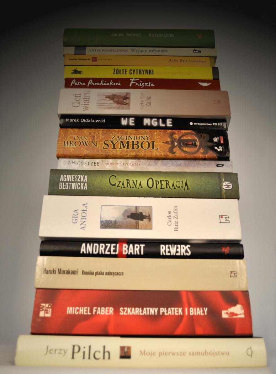 Książki z sufitu (źródło: materiały prasowe)