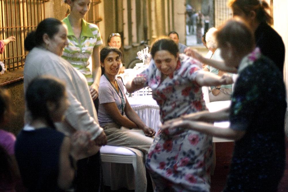 """Justyna Fedec, dokumentacja fotograficzna performansu """"Uczta"""" Moniki Koniecznej i Eweliny Cieszewskiej zorganizowanego w ramach 6. Przeglądu Młodej Sztuki w Ekstremalnych Warunkach SURVIVAL w 2008 roku, foto dzięki uprzejmości ART TRANSPARENT Fundacja Sztuki Współczesne (źródło: materiały prasowe organizatora)"""