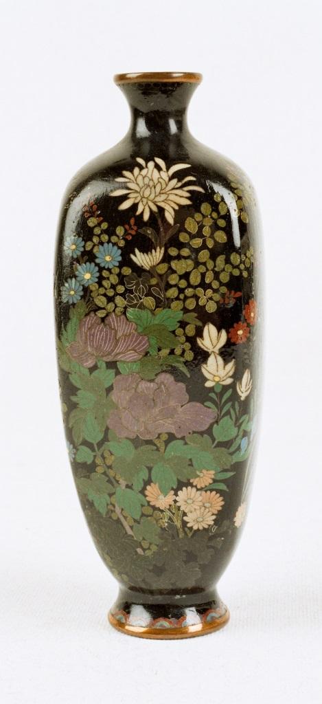 Flakonik z peoniami i chryzantemami, Japonia, 1910–1920, emalia komórkowa (źródło: materiały prasowe muzeum)