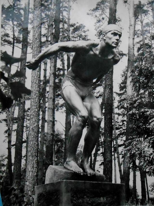 """Yaroslav Futymskyi, """"Obchodząc północną stroną. Powyżej linii niezłomnych porostów"""", performance (źródło: materiały prasowe galerii)"""