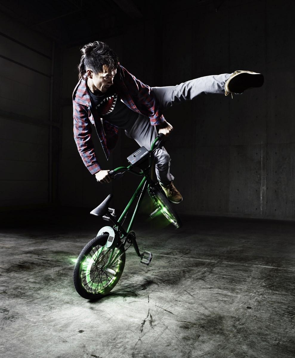 """COGOO (Japonia), """"Turntable Rider"""" (""""Cyklista adapter""""), 2012, wideo (źródło: materiały prasowe organizatora)"""