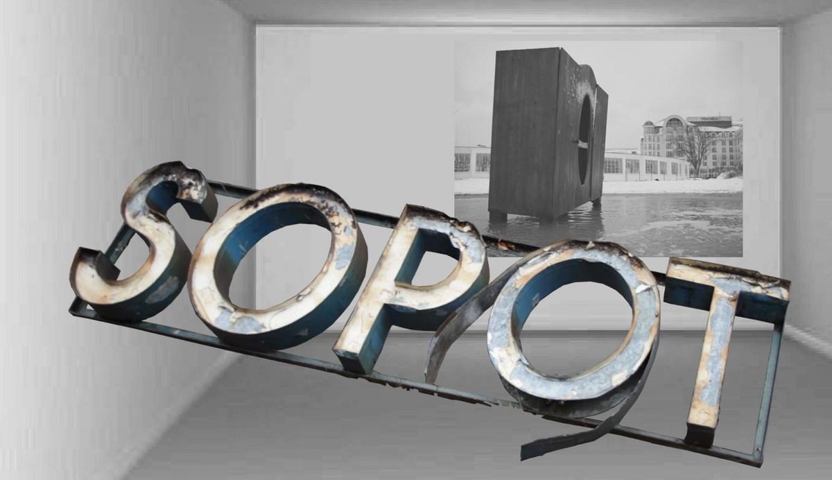 """Elvin Flamingo, """"Dwaj ludzie z napisem Sopot"""", instalacja (źródło: materiały prasowe organizatora)"""