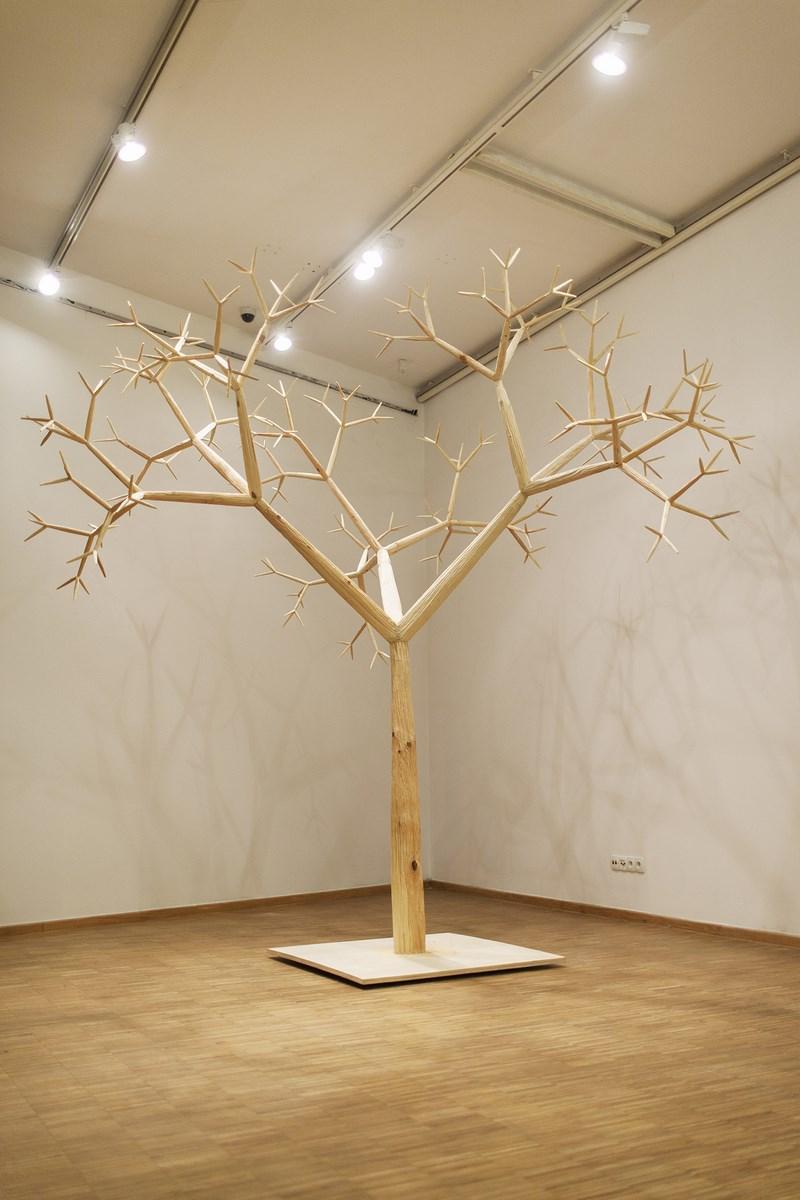 """Szymon Kobylarz, """"Fraktal"""" (""""Drzewo""""), 2014 r. rzeźba, drewno, StudioFILMLOVE (źródło: materiały prasowe organizatora)"""
