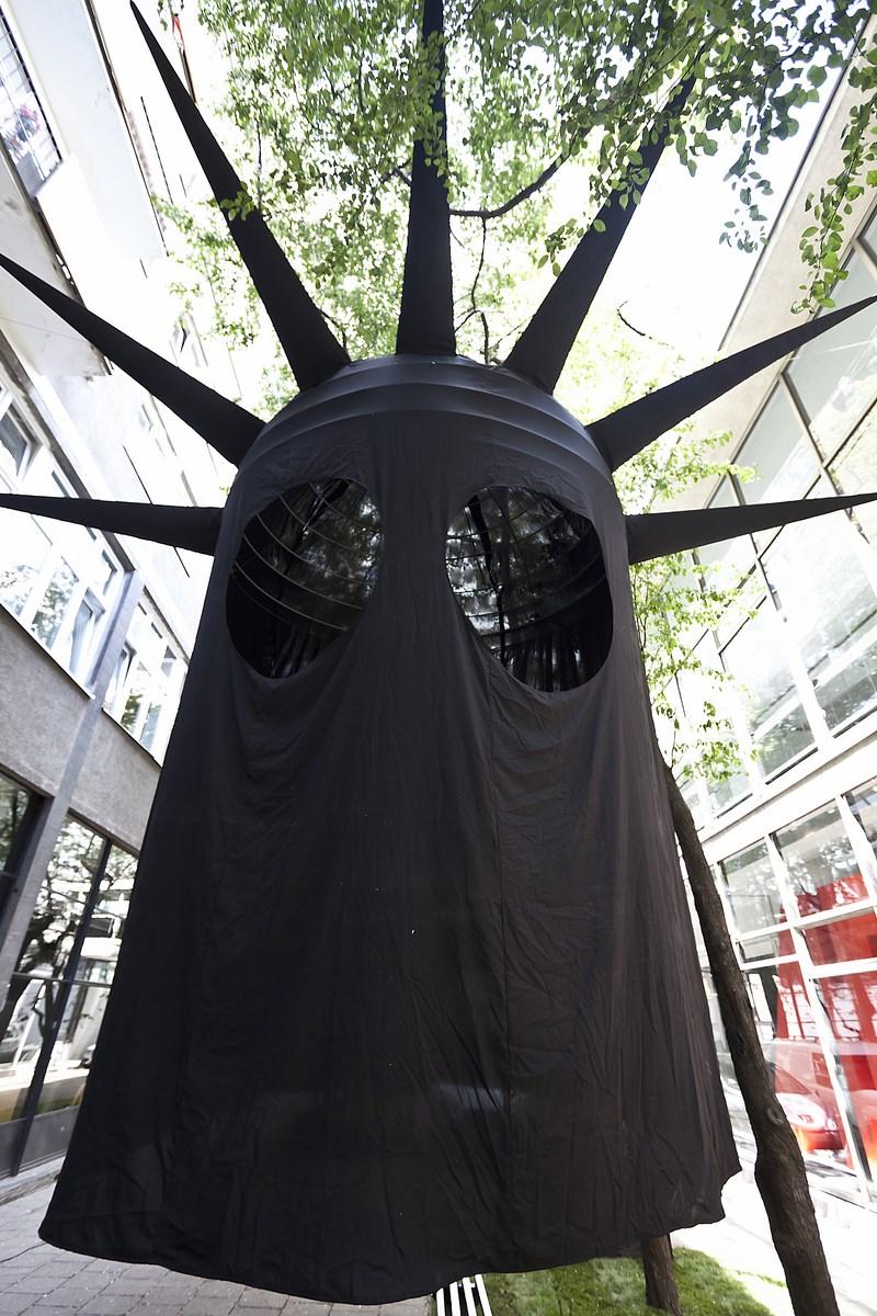 """Daniel Knorr, """"Skradziona historia-Statua Wolności"""", 2010, 780 cm (źródło: materiały prasowe organizatora)"""