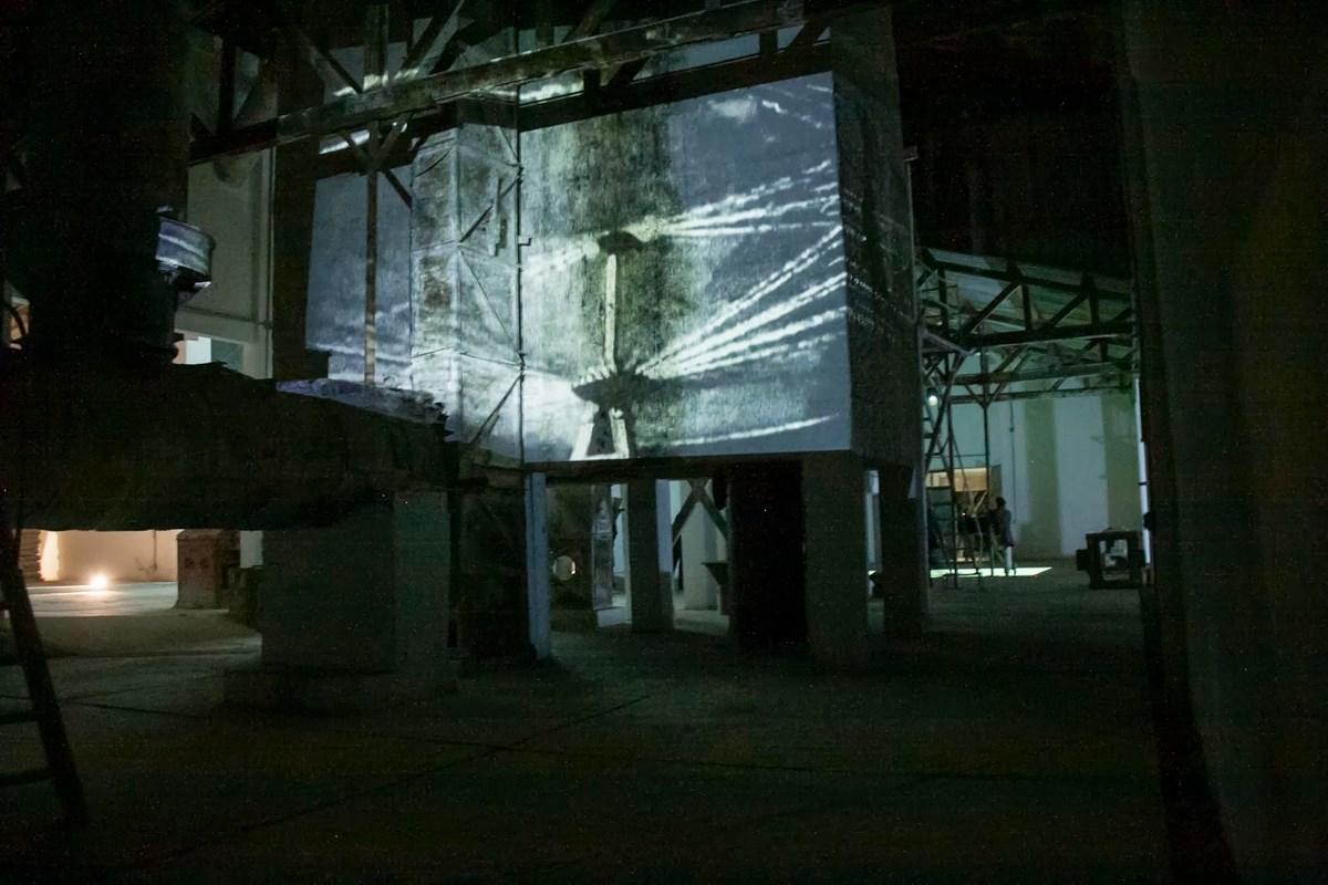 "Gerardo Suter, ""Montaż atrakcji"", projekcja, 2010 (źródło: materiały prasowe organizatora)"