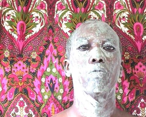 """Fot. Grace Ndiritu, """"Waking Art."""", wideo, 2003. Dzięki uprzejmości LUX i artystki (źródło: materiały prasowe organizatora)"""
