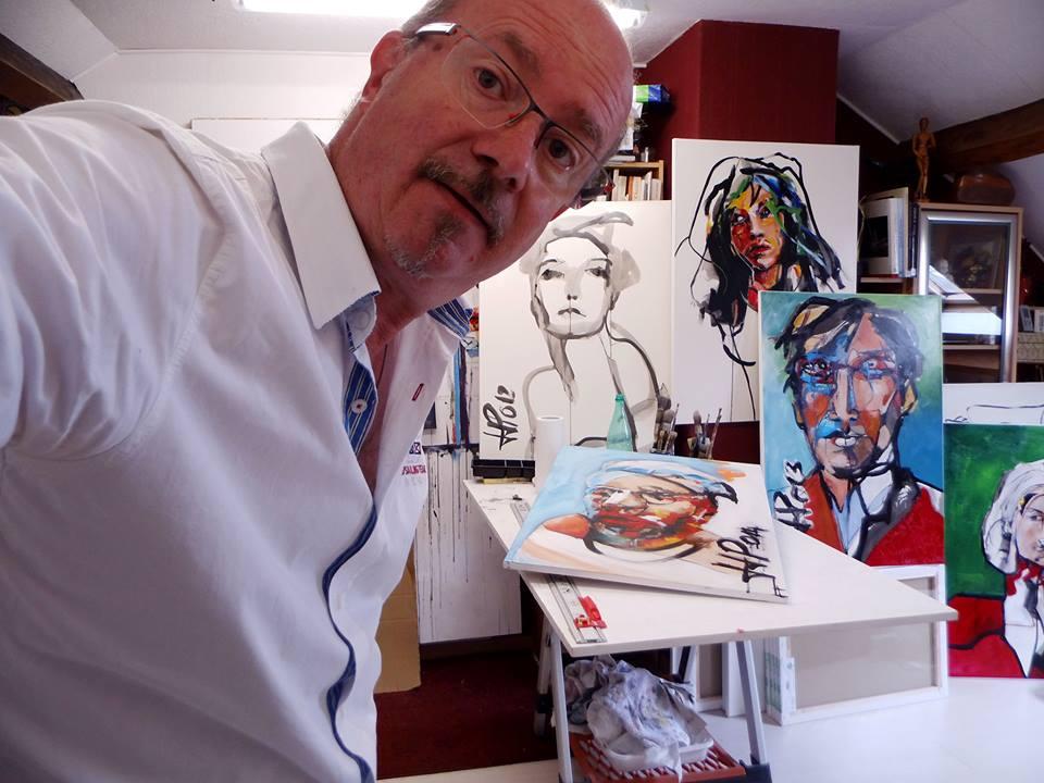 Jean Jacques Piezanowski z pracami (źródło: materiały prasowe organizatora)