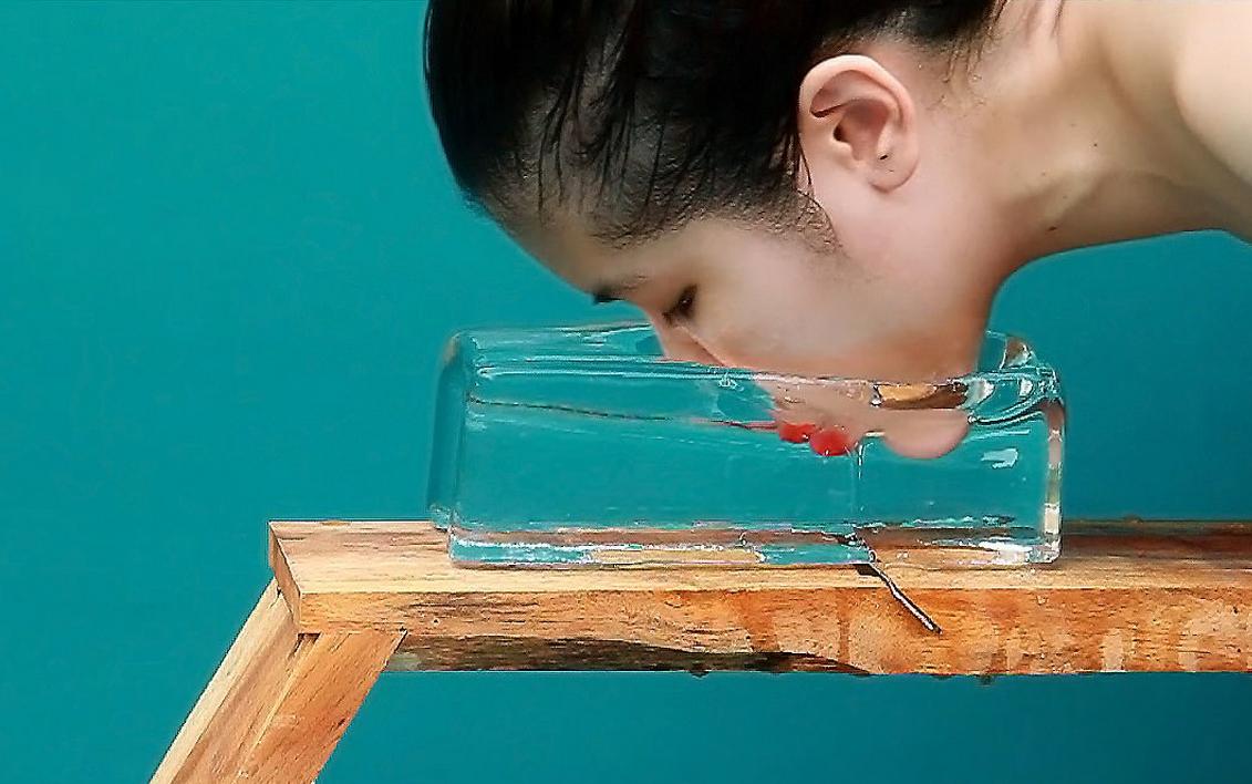 """Kawita Vatanajyankur, """"The Ice Shaver"""", wideo, wystawa """"PROXIMITY"""", Muzeum Sztuki Współczesnej, Oddział Muzeum Narodowym w Szczecinie 28.06-7.09.2014"""