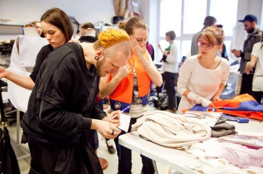 Przygotowania do pokazu mody - Grzegorz Matląg ze studentkami (źródło: materiały prasowe organizatora)