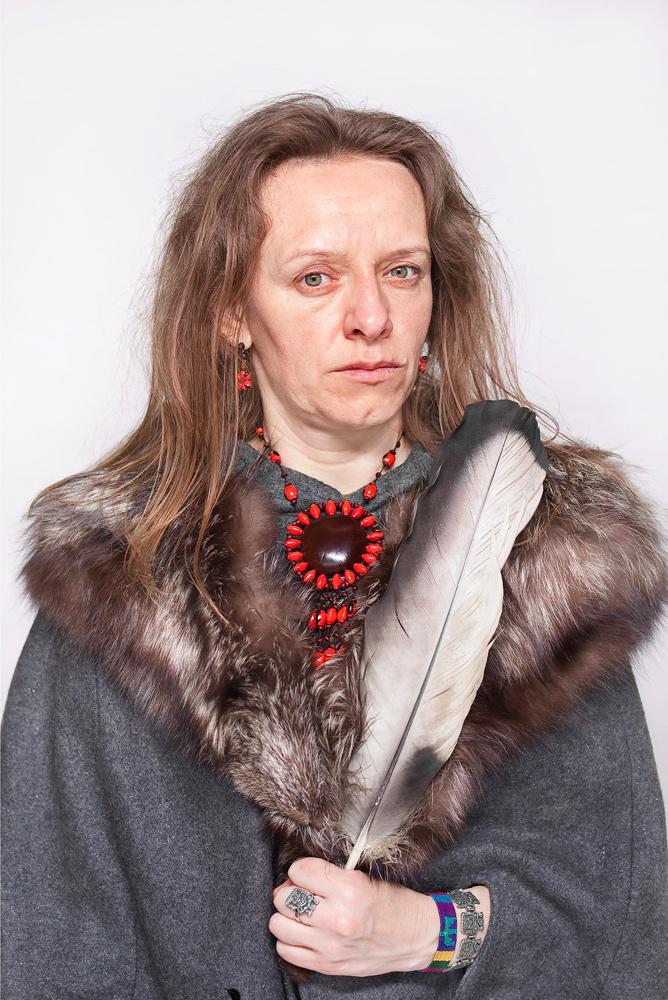 """Fot. Katarzyna Majak, Bea, ta która słucha lasu, z cyklu """"Kobiety Mocy"""" (źródło: materiały prasowe organizatora)"""
