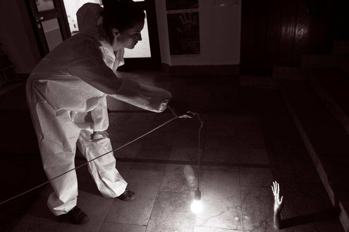 """Agata Agatowska, """"Infinity – Shadow of the Hand"""" / """"Nieskończoność – Cień ręki"""", realizacja pierwszej części projektu, Galeria Bielska BWA, Bielsko-Biała, od 1 do 4 sierpnia 2014, fot. Krzysztof Morcinek (źródło: materiały prasowe)"""