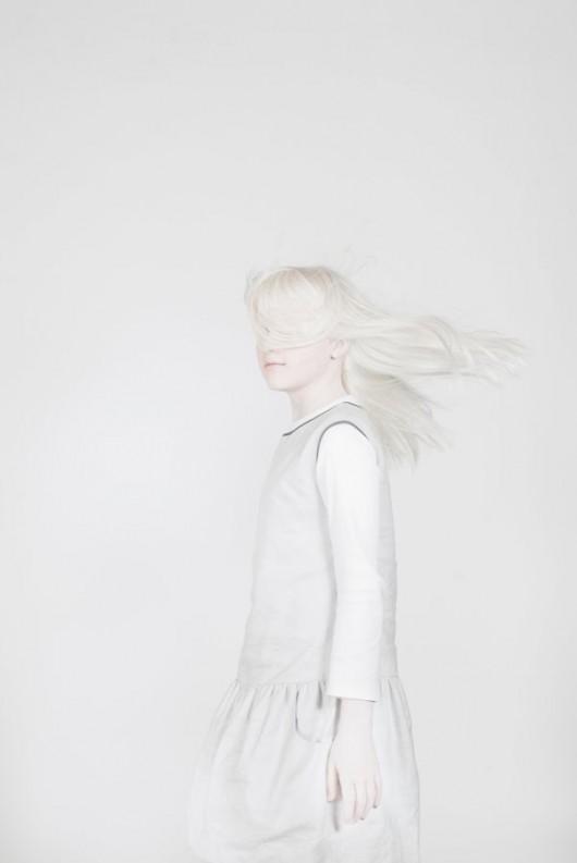 """Anna Bedyńska """"Zuzia"""" z cyklu """"White Power"""", fotografia barwna, papier Hahnemuhle, 2012/2013 (źródło: materiały prasowe)"""