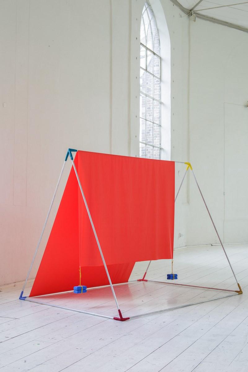 "Alicja Bielawska, ""Triangulum"", aluminium, tkanina, modelina, 159 x 158 x 206 cm, 2014, fot. Ayako Nishibori (źródło: materiały prasowe organizatora)"
