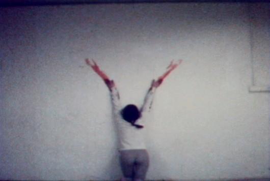 """Ana Mendieta, """"Body Tracks (Blood Sign #2) """", 1974, wideo © The Estate of Ana Mendieta Collection, dzięki uprzejmości Galerie Lelong, Nowy Jork i Paryż i Alison Jacques Gallery, Londyn (źródło: materiały prasowe organizatora)"""