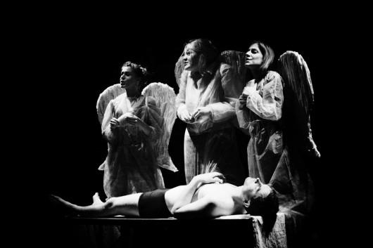 """Spektakl """"Barbarzyńcy przyszli"""", reż. Stanisław Miedziewski, Teatr Ecce Homo z Kielc (źródło: materiały prasowe)"""