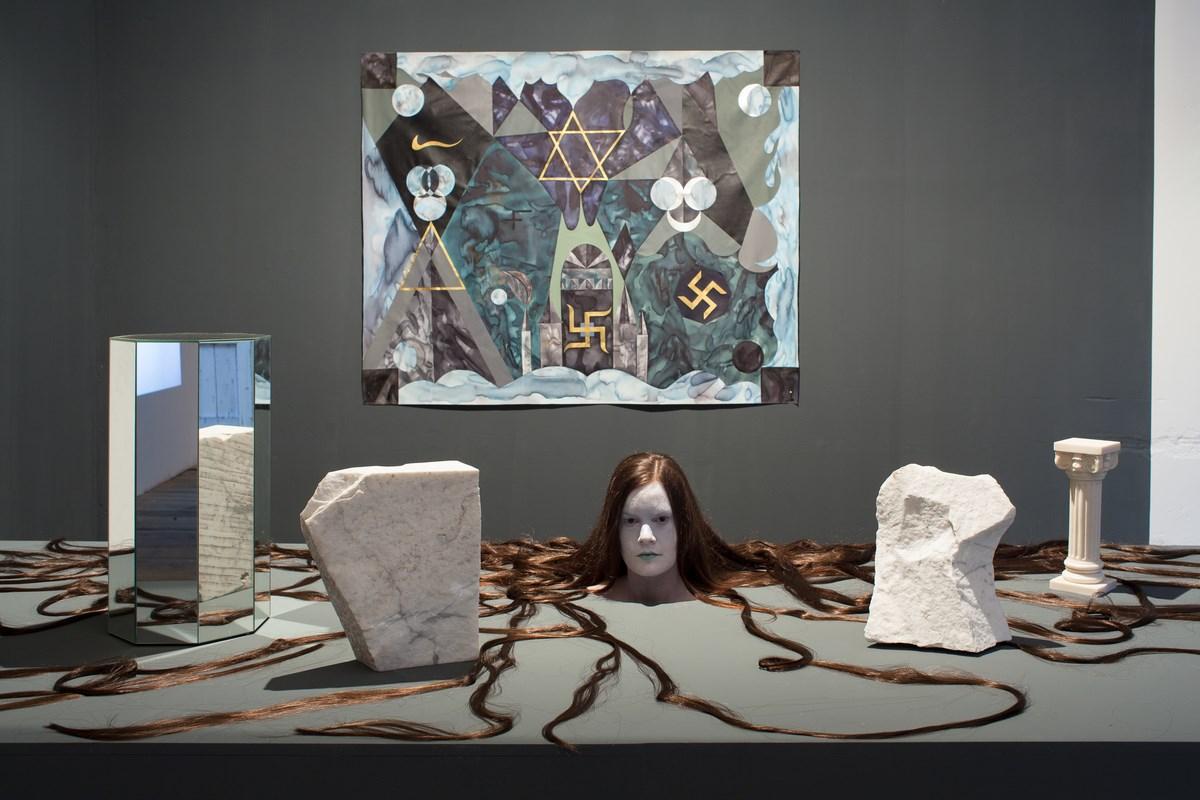 """Hošková, """"Analog Witch I"""", instalacja, performance, akryl i akwarela na płótnie, 190 x 150 cm, 2014 (źródło: materiały prasowe organizatora)"""