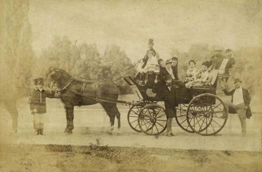 Książę Guido Henckel von Donnersmarck z gośćmi w parku w Świerklańcu (źródło: zbiory Muzeum Górnośląskiego w Bytomiu)