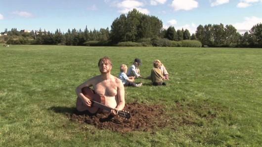 """Ragnar Kjartansson, """"Satan is real"""", video HD, 64 mi, 2007, dzięki uprzejmości artysty i I8 Gallery, Reykjavik"""