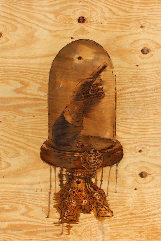 Relikvir s rukou vodcu, 84 x 125 cm, pyrografia na preglejke, kolorovan lazrami na drevo, 2014 (źródło: materiały prasowe organizatora)