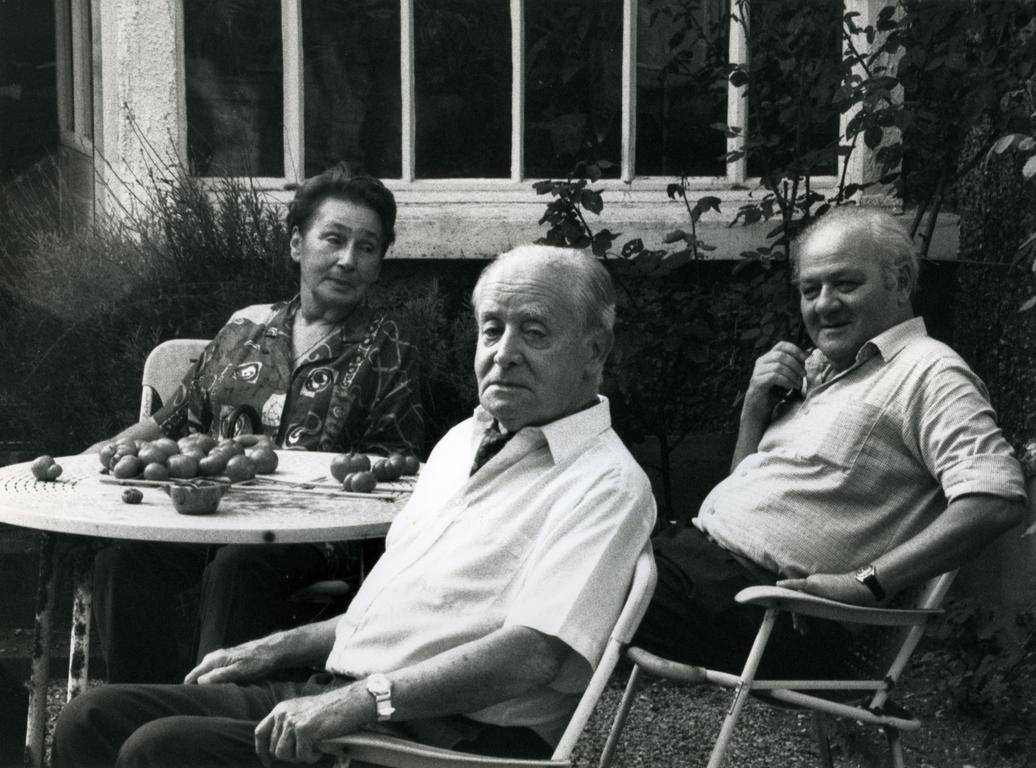 Zofia Hertz, Jerzy Giedroyc, Gustaw Herling-Grudziński w ogrodzie Maisons-Laffitte, 1987 (źródło: materiały portalu Kultura Paryska)