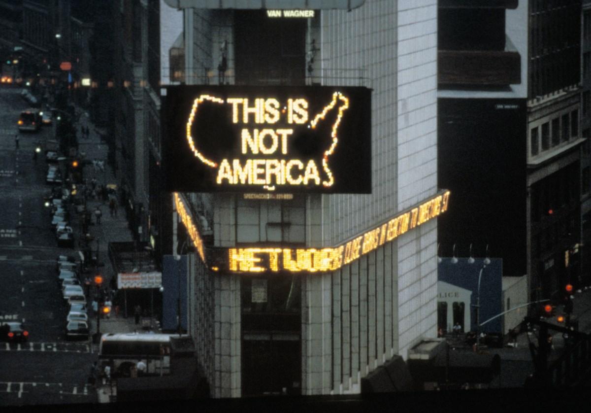"""Alfredo Jaar, """"A logo for America"""", 1987 (źródło: materiały prasowe organizatora)"""