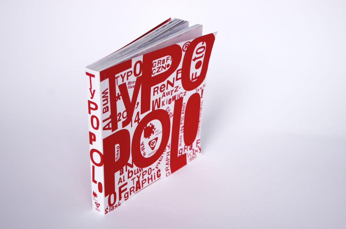 """""""TypoPolo. Album typograficzno–fotograficzny"""", red. Rene Wawrzkiewicz, okładka (źródło: materiały prasowe)"""