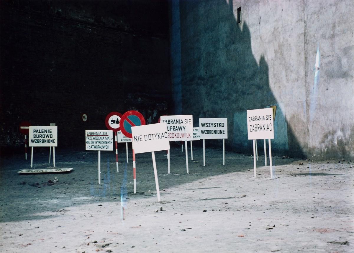 """Ewa Partum, dokumentacja akcji """"Legalność przestrzeni"""", 1971 (źródło: materiały prasowe organizatora)"""