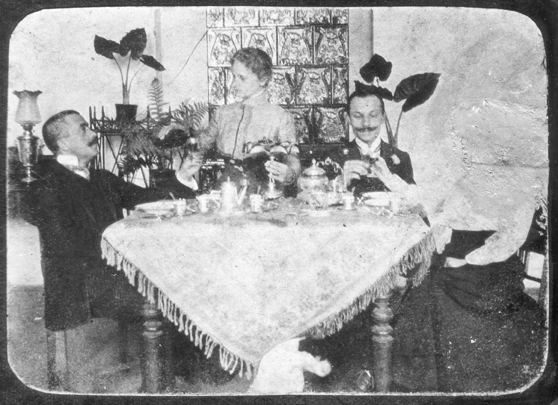 """Helena i Marian Kantor, rodzice Tadeusza Kantora oraz Karol Pec – wuj Tadeusza Kantora – fotografia użyta w spektaklu """"Dziś są moje urodziny"""" (1991) (źródło: materiały prasowe)"""