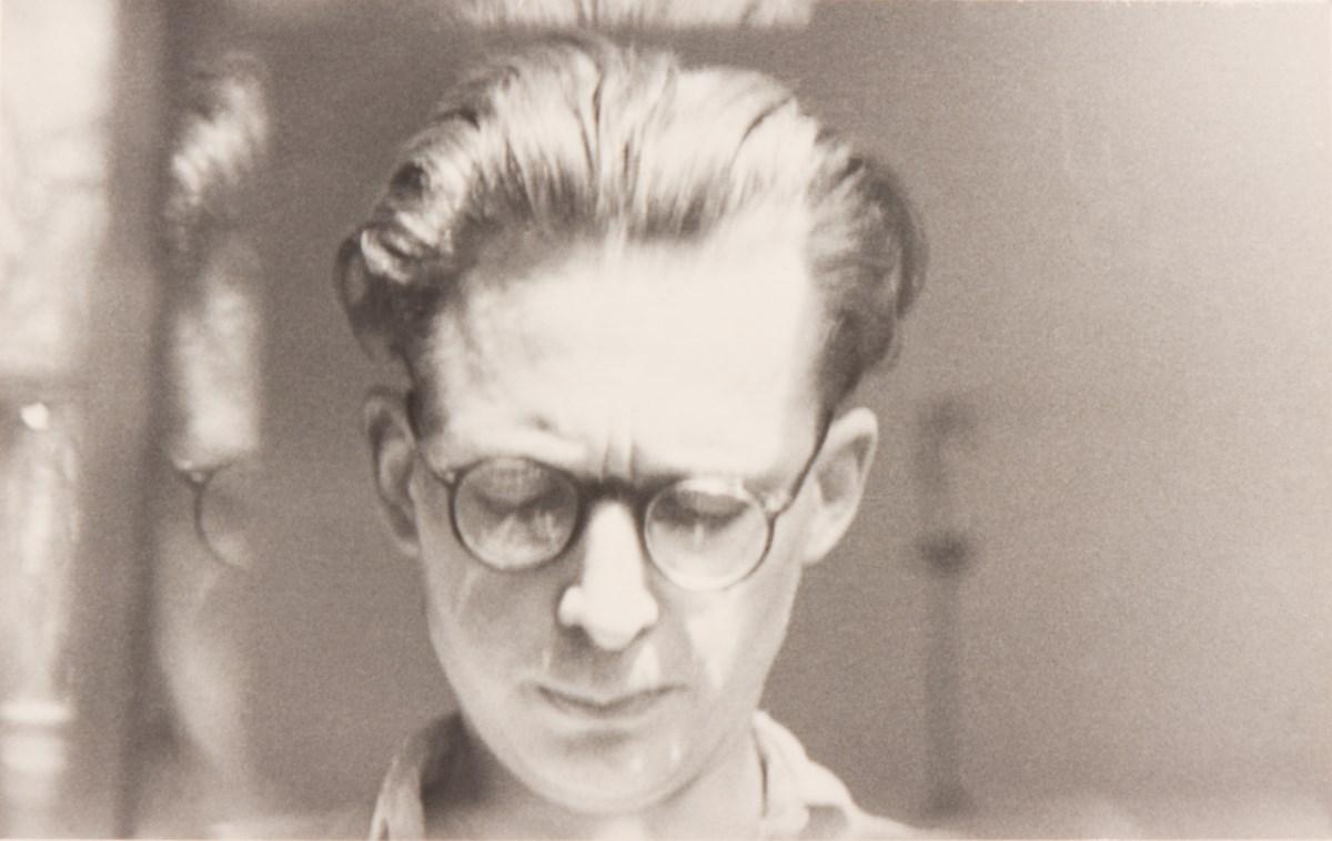 Autoportret z odbiciem w szybie, niedatowany, fotografia czarno-biała, 5,2x8,4 cm, archiwum spadkobierców artysty (źródło: materiały prasowe organizatora)