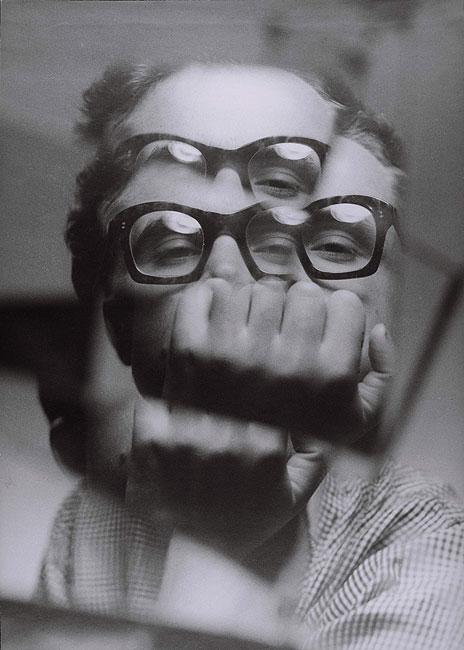 """Zdzisław Beksiński, """"Autoportret"""", fotografia 1956-57 (źródło: Muzeum Historyczne w Sanoku)"""