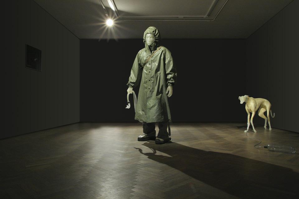 """Jakub Bąkowski, """"Chłopiec i jego pies"""", wystawa """"Zbiory wspólne"""" (źródło: materiały prasowe organizatora)"""